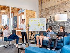 Οι απόφοιτοι φιλοσοφικών σχολών διαπρέπουν συχνά στην επιχειρηματικότητα. Ο Peter Thiel, διάσιμος επενδυτής και δημιουργός του Paypal, ήταν απόφοιτος φιλοσοφικής σχολής. Όπως ήταν και οι ιδρυτες της Linkedin και της Wikipedia, καθώς και του Slack, του Overstock.com, και του Flickr, και δεκάδες άλλοι. Και η λίστα ηγετικών ρόλων αποφοίτων φιλοσοφικών σχολών συνεχίζεται σε μεγάλες εταιρίες όπως της Hewlett-Packard και της Time-Warner, και περιλαμβάνει θρυλικούς επενδυτές όπως ο Carl Icahn, και ο George Soros. Τι κάνει τους απόφοιτους φιλοσοφίας καλούς επιχειρηματίες; Πιθανώς το να μην συμβιβάζονται με ατελής ίδεες, να νοιώθουν άνετα με την αβεβαιότητα, να ελέγχουν να συναισθήματά τους, να επικεντρώνονται στην ουσία, και να έχουν το σθένος να αναλύουν πολύπλοκα προβλήματα σε μεγαλύτερο βάθος από οποιονδήποτε άλλο.
