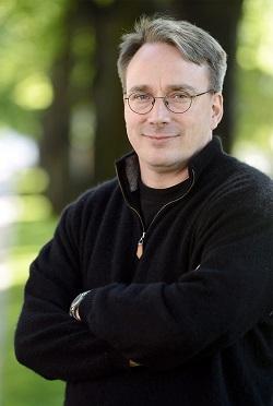 Ο Linus Torvalds είναι ο δημιουργός του Linux, του λειτουργικού συστήματος που βρίσκεται στην καρδιά του 80% των έξυπνων κινητών, του 67% των εταιρικών υπολογιστών (application servers) που κινούν τα γρανάζια της οικονομίας, και του 100% των κορυφαίων 500 υπερυπολογιστών (super computers). Σήμερα το Linux συνεχίζει να αναπτύσσεται μέσα από τις εθελοντικές προσπάθειες χιλιάδων προγραμματιστών που αναπτύσσουν τον πυρήνα του συστήματος και τις αμέτρητες εφαρμογές που απαρτίζουν το οικοσύστημα του Linux. Για να διευκολύνει τις ανάγκες απομακρυσμένης συνεργασίας των προγραμματιστών αυτών ο Linus Torvalds ανέπτυξε το Git, ένα πρόγραμμα ελέγχου εκδόσεων και συνεργασίας. Το Git σήμερα χρησιμοποιείται σε ολα τα έργα ανάπτυξης λογισμικού και ίσως αποδειχθεί ακόμα πιο σημαντικό και από το Linux για την υστεροφημία του δημιουργού του.