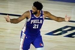 """O Joel Embidd, παίκτης σέντερ στο ΝΒΑ στους Philadelphia 76ers. Η νέα γενιά επιστημόνων του αθλητισμού έχουν επιβάλει στο NBA καινούριους τρόπους διαχείρισης των παικτών και της καριέρας τους. Το λεγόμενο """"load management"""" αφορά την κατανόηση από πλευράς των επιστημόνων της ανάγκης για προσεκτική εξισορρόπηση των δυνάμεων του παίχτη με σκοπό την μεγιστοποίηση της απόδοσης και την ελαχιστοποίηση των τραυματισμών. Έτσι, οι 76ers διαχειρίζονται πλέον προσεκτικά κάθε λεπτό συμμετοχής του Joel σε προπονήσεις και αγώνες. Οι συνεχείς βελτιώσεις της επιστήμης των σπορ έχουν πλέον απτά αποτελέσματα, καθώς οι παίχτες διατηρούνται σε φόρμα για όλο και περισσότερα χρόνια: από το 2010 έχει εκτοξευθεί ο αριθμός των παιχτών του ΝΒΑ με ηλικία άνω των 37 ετών που συνεχίζουν να παίζουν κατά μέσο όρο 20 λεπτά ανά παιχνίδι."""