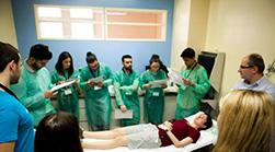 Φοιτητές Ιατρικής του ΑΠΘ «σκηνοθετούν» σενάρια επειγόντων περιστατικών στα Τακτικά Εξωτερικά Ιατρεία του ΓΝΘ Παπαγεωργίου. H Επιστημονική Εταιρεία Φοιτητών Ιατρικής Ελλάδας που διοργάνωσε το σεμινάριο αυτό είναι από τις πλέον δραστήριες φοιτητικές οργανώσεις φοιτητών Ιατρικής στην Ελλάδα.