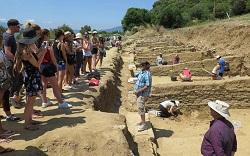 Φοιτητές από το Πανεπιστήμιο McGill του Καναδά σε αρχαιολογική ανασκαφή στη Μακεδονία, στα πλαίσια θερινού σχολείου που διοργανώθηκε από το Διεθνές Πανεπιστήμιο της Ελλάδος.