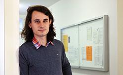 """Ο Μαθηματικός Peter Scholze, κάτοχος από το 2018 του βραβείου Fields, για το έργο του στην Αλγεβραϊκή Γεωμετρία, ανακάλυψε, ανάμεσα σε άλλα και μια αναπάντεχη """"γέφυρα"""" που ενώνει τις Διοφαντικές εξισώσεις και τις Αυτομορφικές μορφές. Το βραβείο Fields (Fields Medal) θεωρείται ύψιστη τιμή στην επιστήμη των Μαθηματικών."""