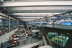 Το εργοστάσιο της BMW στη Λειψία, όπου η γραμμή παραγωγής περνάει μέσα από τα γραφεία της Διοίκησης. Έργο της αρχιτέκτονα Zaha Hadid.
