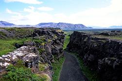 Η Βοριο-Αμερικάνικη τεκτονική πλάκα συναντά την Ευρασιατική τεκτονική πλάκα στο Thingvellir της Ισλανδίας, όπου οι επισκέπτες μπορούν να περπατήσουν σε ένα στενό μονοπάτι που βρίσκεται κυριολεκτικά μεταξύ της Αμερικής και της Ευρώπης. Στην μαγική αυτή τοποθεσία γυρίστηκε μέρος του 4ου κύκλου της δημοφιλούς σειράς Game of Thrones.