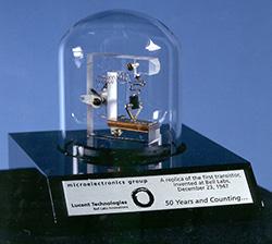 Ομοίωμα του πρώτου τρανζίστορ που εφευρέθηκε στα θρυλικά εργαστήρια της εταιρίας Bell το 1947. Παρά τον εφαρμοσμένο χαρακτήρα της επιστήμης, οι ηλεκτρολόγοι μηχανικοί μπορούν να ασχοληθούν με προαγωγή ακόμα και βασικής έρευνας. Πράγματι, τα τελευταία 50 χρόνια 7 Ηλεκτρολόγοι Μηχανικοί έχουν κερδίσει Νόμπελ Φυσικής ή Χημείας: Ο Hannes Alfvén το 1970 για το έργο του στη μαγνητοϋδροδυναμική. Ο Dennis Gabor στη Φυσική το 1971 για την επινόηση της ολογραφίας. Ο John Bardeen στη Φυσική το 1972 για τη θεωρία της Υπεραγωγιμότητας (και ένας από τους ελάχιστους επιστήμονες που κέρδισε το Νόμπελ 2 φορές, την πρώτη για την ανακάλυψη του τρανζίστορ). Ο Simon van der Meer στη Φυσική το 1984 για τη συμβολή του στην ανακάλυψη των W και Ζ μποζονίων. Ο Jack Kilby στη Φυσική το 2000 για την εφεύρεση του ολοκληρωμένου κυκλώματος. O Koichi Tanaka στη Χημεία το 2002 για ανακάλυψη μεθόδου φασματομετρίας μάζας για την ταυτοποίηση και ανάλυση της δομής των πολύπλοκων βιολογικών μακρομορίων. Ο Charles Kao στη Φυσική το 2009 για τις μελέτες του στη μετάδοση του φωτός μέσα σε οπτικές ίνες. Και μπόνους: ο Kailash Satyarthi το νόμπελ Ειρήνης το 2014!