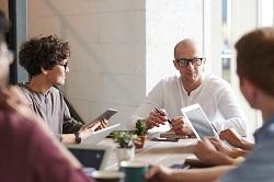 Συνέντευξη στα πλαίσια ενός focus group. Τα focus groups φέρνουν κοντά έναν σχετικά μικρό αριθμό ατόμων των οποίων οι απόψεις ενδέχεται να είναι αντιπροσωπευτικές της αγοράς και επομένως ενδιαφέρουν τον επαγγελματία του marketing στα πλαίσια της δουλειάς του. Π.χ. πως αντιδρούν σε μια νέα διαφήμιση, ή πως αντιλαμβάνονται μια σχεδιαστική αλλαγή στο προϊόν.