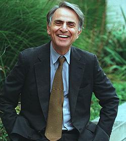 Ο Αστροβιολόγος Καρλ Σάγκαν (Carl Sagan), του οποίου η πολυσχιδή καριέρα υπογραμμίζει το ρόλο της βιολογίας σε ένα μεγάλο εύρος επιστημονικών τομέων. Η τηλεοπτική του σειρά Κόσμος ενέπνευσε μια ολόκληρη γενιά επιστημόνων, ενώ ως επιστήμονας συνέβαλε στο διαστημικό πρόγραμμα της NASA και στην αναζήτηση εξωγήινης ζωής, αποδεικνύοντας τη δυνατότητα δημιουργίας αμινοξέων από απλούστερα μόρια.