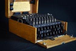 H μηχανή Enigma. Η αποκρυπτογράφηση της έδωσε τακτικό πλεονέκτημα στους Συμμάχους σε αμέτρητες αναμετρήσεις με τους Ναζί στον Β' Παγκόσμιο πόλεμο, σώζοντας τις ζωές χιλιάδων ανθρώπων.