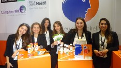 Oμάδα φοιτητών από το Εργαστήριο Χημείας και Τεχνολογίας Τροφίμων της Σχολής Χημικών Μηχανικών του Εθνικού Μετσόβιου Πανεπιστημίου, λαμβάνει το χρυσό βραβείο εκπροσωπώντας την Ελλάδα στον Ευρωπαϊκό διαγωνιαμό Ecotrophelia. Ο διαγωνισμός αφορά τη δημιουργία νέων οικολογικών καινοτόμων προϊόντων διατροφής και, σε εθνικό επίπεδο, διοργανώνεται από το Σύνδεσμο Ελληνικών Βιομηχανιών Τροφίμων. Το ενδιαφέρον της βιομηχανίας τροφίμων για απόφοιτους τμημάτων χημείας και χημικών μηχανικών είναι έντονο και μεταφράζεται σε ευκαιρίες απασχόλησης, ακόμα και κατά τη διάρκεια των σπουδών, π.χ. μέσω internships.
