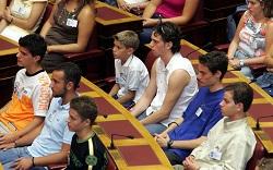 Τα έδρανα της Βουλής γεμάτα από έφηβους βουλευτές. Η Βουλή των Εφήβων είναι ένα εκπαιδευτικό πρόγραμμα της Βουλής των Ελλήνων που δίνει τη δυνατότητα σε  300 έφηβους-βουλευτές, από Ελλάδα, Κύπρο, και ελληνικά σχολεία του απόδημου ελληνισμού να συγκροτηθούν ως σώμα και να διεξάγουν συνεδριάσεις στις αίθουσες της Βουλής των Ελλήνων κάθε Ιούλιο. Μέσα από τη συμμετοχή στη Βουλή των Εφήβων, αλλά και γενικότερα τη συμμετοχή σε τοπικούς συλλόγους, οργανώσεις, μη κερδοσκοπικές εταιρίες, τον εθελοντισμό και την κοινωνική προσφορά γενικότερα, ένας νέος μπορεί να αρχίσει να αναλαμβάνει την ευθύνη για το μέλλον της πατρίδας του, να ευαισθητοποιηθεί και να ευαισθητοποιήσει και άλλους σε σχέση με τις αρχές, κανόνες και αξίες της Δημοκρατίας. Τέτοιες συμμετοχές είναι ο καλύτερος τρόπος για να καταλάβει ένας νέος αν τον ενδιαφέρουν πραγματικά οι Πολιτικές Επιστήμες.