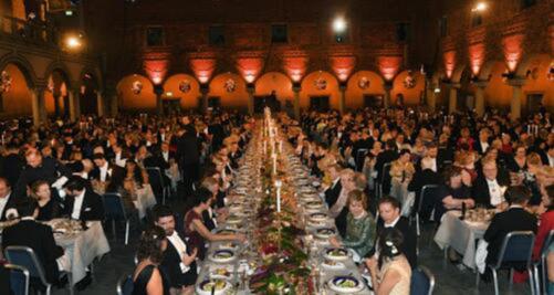 Φωτογραφία από τοεπίσημο δείπνο τωνβραβείωνΝobel, στο οποίο συμμετέχεικάθε χρόνο με κλήρωσηένας διεθνής φοιτητής.