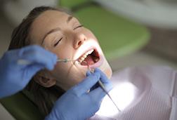 Κάθε πόσο πρέπει να επισκέπτεται τον οδοντίατρό του ένας ενήλικας με καλή στοματική υγεία; Βοηθά το οδοντικό νήμα στην καταπολέμηση της πλάκας; Οι απαντήσεις είναι λιγότερο απλές από όσο νομίζουμε. Η Τεκμηριωμένη Οδοντιατρική (Evidence-Based Dentistry) αποτελεί την τάση εκείνη στην Οδοντιατρική Επιστήμη που θα επηρεάσει περισσότερο τη νέα γενιά Οδοντιάτρων, σε σχέση με την απερχόμενη. Κέντρα Τεκμηριωμένης Οδοντιατρικής όπως αυτό της Αμερικανικής Οδοντιατρικής Ένωσης (ADA) ή του πανεπιστημίου του Dundee στη Σκωτία, πρωτοστατούν στη δημιουργία κατευθυντήριων γραμμών που βασίζονται σε κλινικές μελέτες και πειράματα, όπως συμβαίνει με τους περισσότερους κλάδους της Ιατρικής. Η ανάγκη αυτή έχει αποδειχθεί ξεκάθαρα με πειράματα όπως αυτό του Πανεπιστημίου ΕΤΗ της Ζυρίχης όπου μια απλή οδοντιατρική περίπτωση παρουσιάστηκε σε 180 οδοντιάτρους με τους 50 να προτείνουν περιττές επεμβάσεις, ή την έρευνα του δημοσιογράφου Ουίλιαμ Εκενμπάργκερ για λογαριασμό του Reader's Digest όπου για την ίδια περίπτωση 50 οδοντίατροι στις ΗΠΑ πρότειναν θεραπείες από $500 ώς $30,000. Τα Ελληνικά Πανεπιστήμια, με πλούσιο ερευνητικό έργο, έχουν σημαντικό ρόλο να παίξουν στη διάδοση της νέας αυτής προσέγγισης.