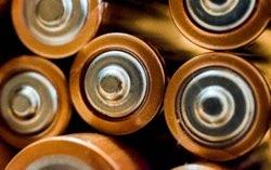H τεχνολογία μπαταριών ιόντων λιθίου (lithium-ion battery) επέτρεψε τόσο την επανάσταση των έξυπνων κινητών όσο και την επερχόμενη επανάσταση των ηλεκτρικών αυτοκινήτων, και οι εφευρέτες της τιμήθηκαν με το Νόμπελ Χημείας το 2019. Η διαδρομή της τεχνολογίας αυτής ξεκίνησε τη δεκαετία του 1970 με ανακαλύψεις στον τομέα της υπεραγωγιμότητας, πέρασε από τα εργαστήρια της Sony το 1990, και μέσα από ανακαλύψεις στον τομέα των αγώγιμων πολυμερών και συνεχείς βελτιώσεις έφτασε το 2020 στην κατασκευή μπαταριών αυτοκινήτων από την Tesla που διαρκούν (με επαναφόρτηση φυσικά) για 2 εκατομμύρια χιλιόμετρα. Και αυτό είναι μόνο η αρχή: η έρευνα σε επιμέρους τεχνολογίες, όπως τα αγώγιμα πολυμερή, οδήγησαν σε πλήθος άλλων ανακαλύψεων όπως για παράδειγμα η τεχνολογία οθόνης OLED που δίνει εκπληκτικά χρώματα και τέλεια αντίθεση σε τηλεοράσεις και οθόνες κινητών. Η έρευνα στην επιστήμη της Χημείας είναι πραγματικά συναρπαστική.