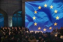 Υπογραφή της Συνθήκης της Λισσαβώνας το 2007, στο Μοναστήρι των Ιερωνυμιτών στη Λισαβόνα της Πορτογαλίας. Η Συνθήκη αυτή είναι ό,τι πλησιέστερο σε Ευρωπαϊκό Σύνταγμα κατάφερε να δημιουργήσει η Ευρωπαϊκή Ένωση. Τροποποιώντας προηγούμενες συνθήκες, και υποκαθιστώντας το εγκαταλειφθέν «Ευρωπαϊκό Σύνταγμα» του 2004, η Συνθήκη της Λισσαβώνας περιλαμβάνει και τον Χάρτη των Θεμελιωδών Δικαιωμάτων της Ε.Ε που καταγράφει τα ατομικά, πολιτικά, κοινωνικά και οικονομικά δικαιώματα των Ευρωπαίων πολιτών.