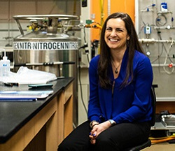 H Sarah Hörst είναι καθηγήτρια αστροφυσικός στο Πανεπιστήμιο Johns Hopkins των ΗΠΑ. Μελετά τη σύνθεση της ατμόσφαιρας εξωηλιακών πλανητών εξομοιώνοντας ανάμιξη αερίων και ουσιών που πιστεύεται πως βρίσκονται στους πλανήτες αυτούς στις πραγματικές τους συνθήκες. H Αστροφυσική είναι μόνο ένα από πολλά επιστημονικά πεδία στα οποία μπορεί να εξειδικευτεί ένας φυσικός.