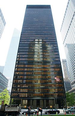 """Το κτίριο Seagram στο Μανχάταν της Νέας Υόρκης, (375 Park Avenue), είναι ένας από τους εμβληματικούς ουρανοξύστες της πόλης (National Register of Historic Places), αποτελεί παράδειγμα λειτουργικής αισθητικής και μοντέρνας """"επιχειρηματικής"""" αρχιτεκτονικής. Ο σχεδιασμός του έχει εμπνεύσει εκατοντάδες κτίρια σε όλο τον κόσμο, συμπεριλαμβανομένου του Πύργου των Αθηνών."""