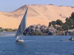 Ο Νείλος κοντά στο Ασουάν της Αιγύπτου. Ο Νείλος είναι από τους δύο μεγαλύτερους ποταμούς του κόσμου. Έπαιξε βασικό ρόλο στην ανάπτυξη των πολιτισμών και του εμπορίου στη Μεσόγειο των αρχαίων χρόνων. Σήμερα αποτελεί πεδίο συγκρούσεων των χωρών της Αφρικής: η ενεργοποίηση του τεράστιου φράγματος που κατασκεύασε η Αιθιοπία δημιούργησε οξύτατες αντιδράσεις στην Αίγυπτο και το Σουδάν που ανησυχούν για μείωση της ροής του ποταμού στις χώρες αυτές. Υδατικοί πόροι βρίσκονται στο επίκεντρο συγκρούσεων και στη Μέση Ανατολή, κυρίως στο τρίγωνο Ισραήλ-Λίβανος-Συρία, αλλά και την Ασία, ανάμεσα σε Πακιστάν και την Ινδία για τα νερά του Ινδού ποταμού, αλλά και στην Κίνα με τις χώρες που βρέχονται από τον ποταμό Μεκόνγκ στον οποίο η Κίνα έχει κατασκευάσει 11 φράγματα: Λαός, Ταϊλάνδη, Καμπότζη, Βιετνάμ, και Μιανμαρ.