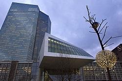 Η Ευρωπαϊκή Κεντρική Τράπεζα στη Φραγκφούρτη . Οι αποφάσεις της τράπεζας, όπως για παράδειγμα το επιτόκιο δανεισμού σε Ευρώ των τραπεζών της Ευρωζώνης (εφόσον διαθέτουν κατάλληλες εγγυήσεις, όπως ομόλογα υψηλής ποιότητας), ή το ύψος των συναλαγματικών αποθεμάτων, ή ακόμα και η επίβλεψη του εποπτικού ρόλου των κεντρικών τραπεζών των κρατών, την καθιστούν διαχειριστή του Ευρώ (και γενικά της νομισματικής πολιτική της Ευρωζώνης) και εγγυητή της εύρυθμης λειτουργίας του τραπεζικού συστήμάτος.